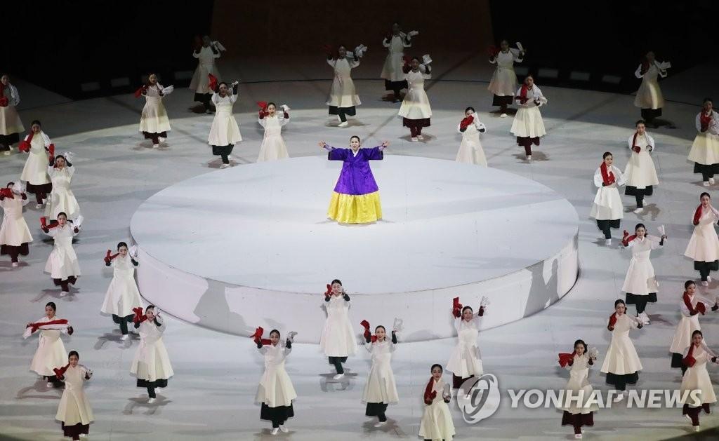3月18日晚,在平昌奥林匹克体育场举行的2018平昌冬残奥会闭幕式上,正在上演韩国传统民谣《阿里郎》。(韩联社)