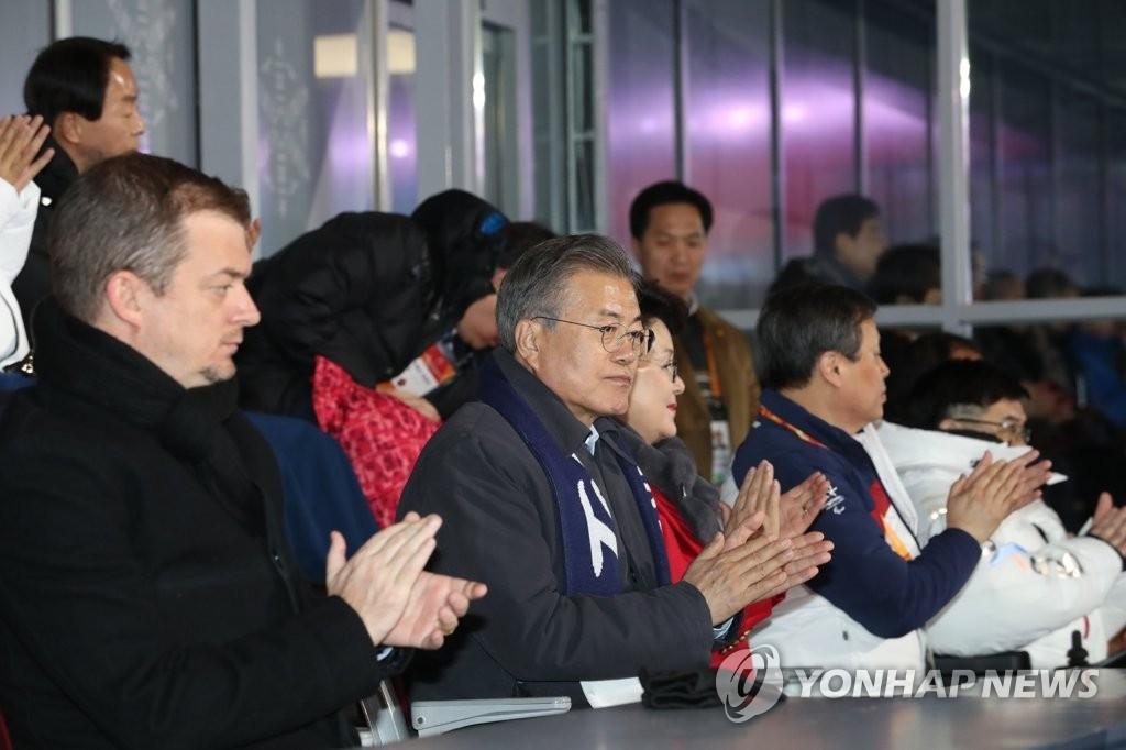 文在寅(左二)出席冬残奥会闭幕式。(韩联社)