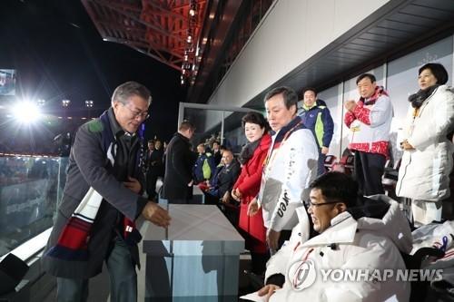 3月18日下午,在江原道平昌奥林匹克体育场,韩国总统文在寅出席2018平昌冬残奥会闭幕式并向出席闭幕式人员致意。