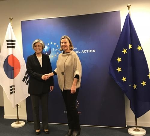 当地时间3月18日,在布鲁塞尔,韩国外长康京和(左)同欧盟外交和安全政策高级代表费代丽卡·莫盖里尼举行会谈。(韩联社/外交部提供)