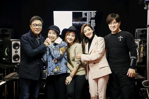 左起为SM娱乐总制作人李秀满、Shoo、柳真、Bada、作曲家俞永镇。(韩联社)