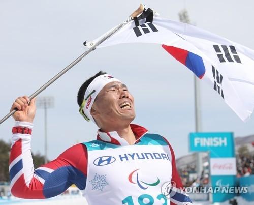 3月17日下午,在平昌,申义贤为韩国实现冬残奥金牌零的突破。(韩联社)