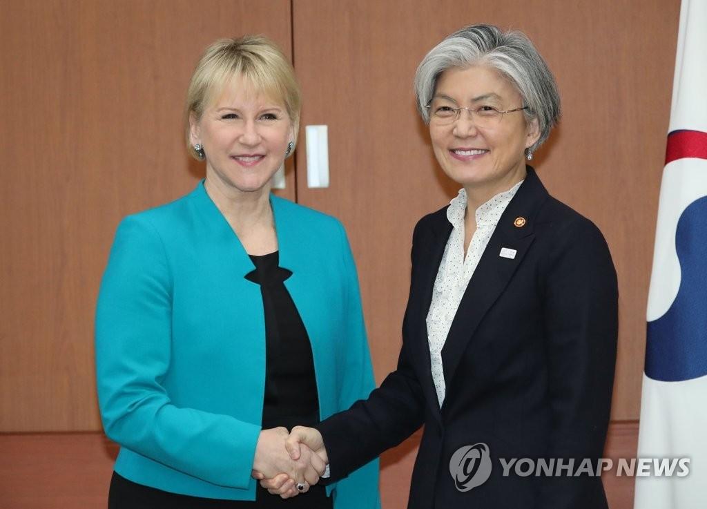 资料图片:2月19日,在首尔韩国外交部大楼,韩国外长康京和与到访的瑞典外长瓦尔斯特伦握手合影。(韩联社)