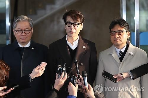 3月20日,在首尔南北会谈本部,尹相(中)率团启程赴会前会见媒体记者。(韩联社)