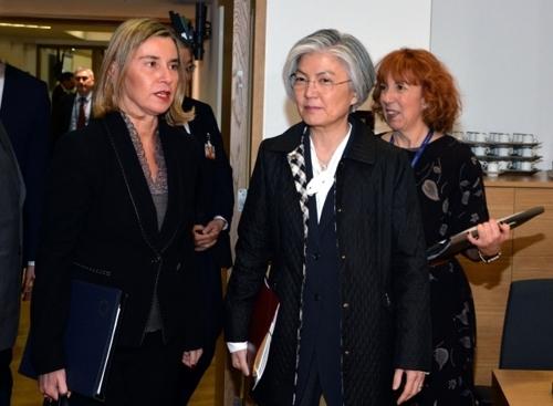 当地时间3月19日,在布鲁塞尔,韩国外交部长官康京和(右)出席欧盟外交理事会午餐会。(韩联社/欧盟提供)