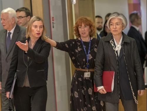 当地时间3月19日,在布鲁塞尔,韩国外交部长官康京和(右一)同欧盟外交和安全政策高级代表费代丽卡·莫盖里尼(右三)出席欧盟外交理事会午餐会。(韩联社/欧盟提供)
