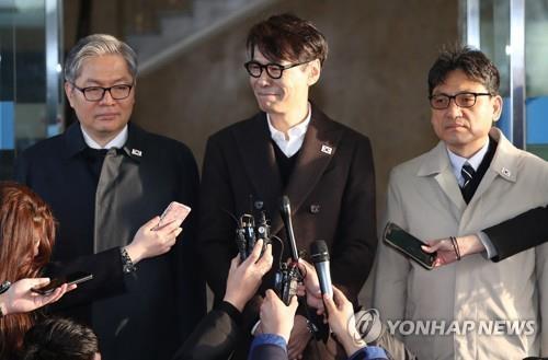 3月20日,在首尔南北会谈本部,尹相(左二)准备率团启程赴会。(韩联社)