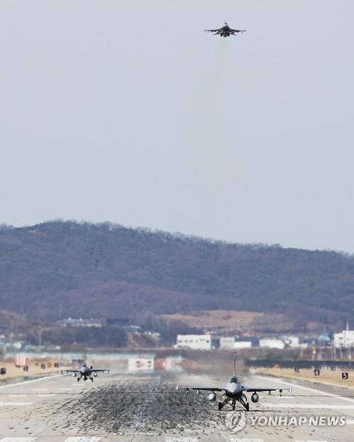 3月20日上午,在位于韩国京畿道平泽市的驻韩美军乌山空军基地,美国F-16战斗机准备降落。当天,韩国国防部宣布,因平昌冬奥会而推迟的韩美联合军演将于4月1日正式启动。(韩联社)