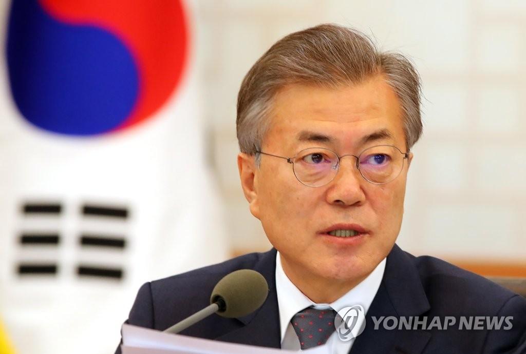 3月20日,在青瓦台,韩国总统文在寅主持召开国务会议并发言。(韩联社)