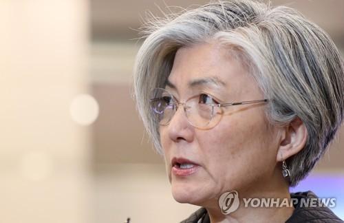 3月20日,在仁川国际机场,刚刚回国的韩国外长康京和在接受媒体采访。(韩联社)