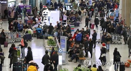 资料图片:仁川国际机场人头攒动。图片摄于2018年2月18日。(韩联社)