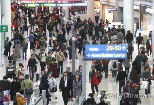 资料图片:仁川国际机场人头攒动。(韩联社)