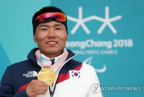 资料图片:韩国选手申义贤在平昌冬残奥会男子坐姿越野滑雪7.5公里比赛中夺得金牌。(韩联社)