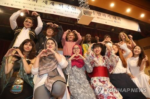 资料图片:2017年6月13日下午,在庆熙大学首尔校区,第20届全球外国人韩语演讲比赛的参加者们合影留念。(韩联社)