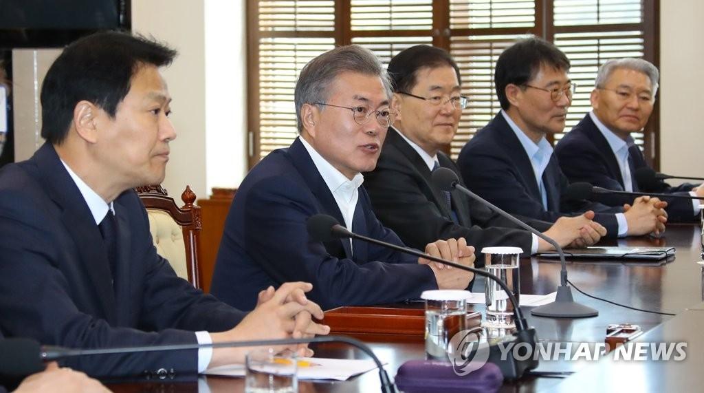 3月21日上午,在青瓦台,韩国总统文在寅(右三)主持召开韩朝首脑会谈筹备委员会第二次会议。(韩联社)