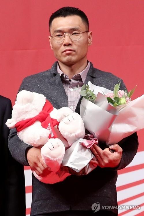 3月21日,第23届可口可乐体育大赏颁奖礼在首尔威斯汀朝鲜酒店举行,滑雪运动员申义贤(音)获得残疾人单元优秀选手奖后发表感言。(韩联社)