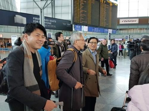 韩国代表团在芬兰万塔机场候机。(韩联社)