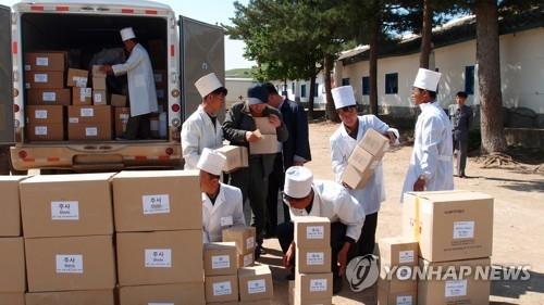 资料图片:尤真贝尔基金会2017年援助的结核治疗药品运抵朝鲜。(韩联社)