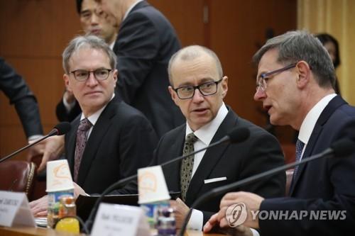 """资料图片:3月21日,在首尔韩国外交部大楼,国际原子能机构(IAEA)副总干事、核保障司司长瓦约兰塔(右二)出席""""第六次韩国与IAEA高级别政策协商会""""。(韩联社)"""