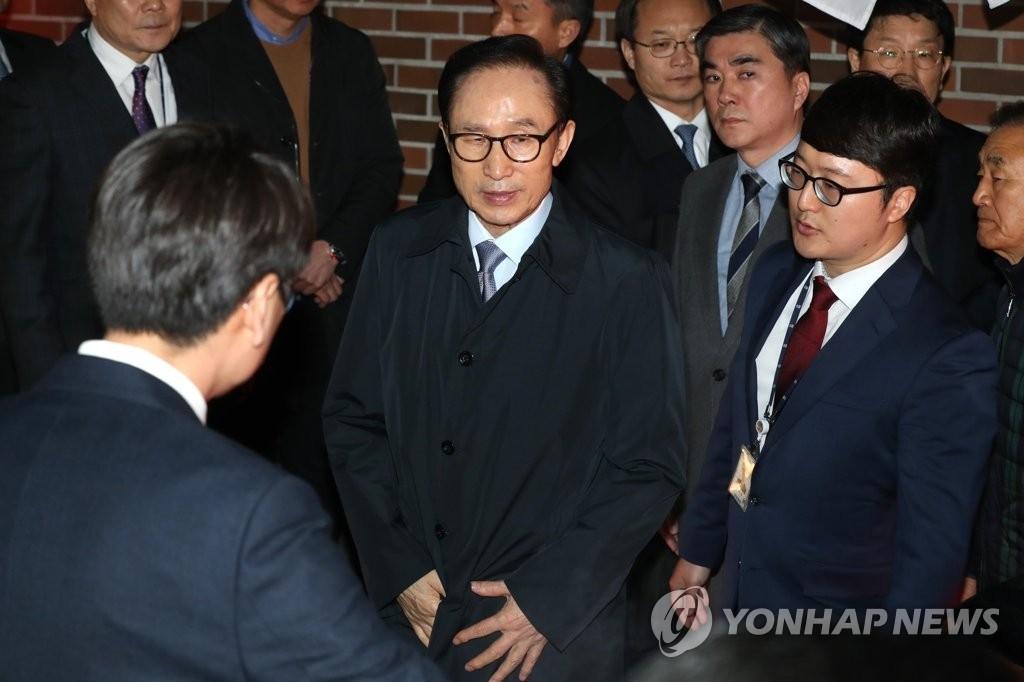 3月22日,在首尔,韩国前总统李明博被检方实施逮捕。(韩联社)