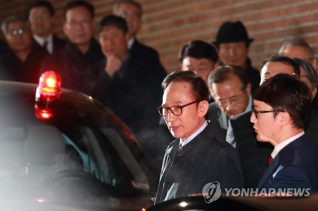 3月23日凌晨,在首尔,韩国前总统李明博被逮捕。图为李明博在私宅前准备乘车前往首尔东部看守所。(韩联社)