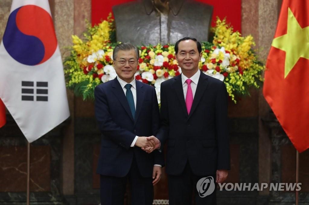 3月23日上午,在位于河内的主席府,正在对越南进行国事访问的韩国总统文在寅(左)和越南国家主席陈大光举行首脑会谈前握手。(韩联社)