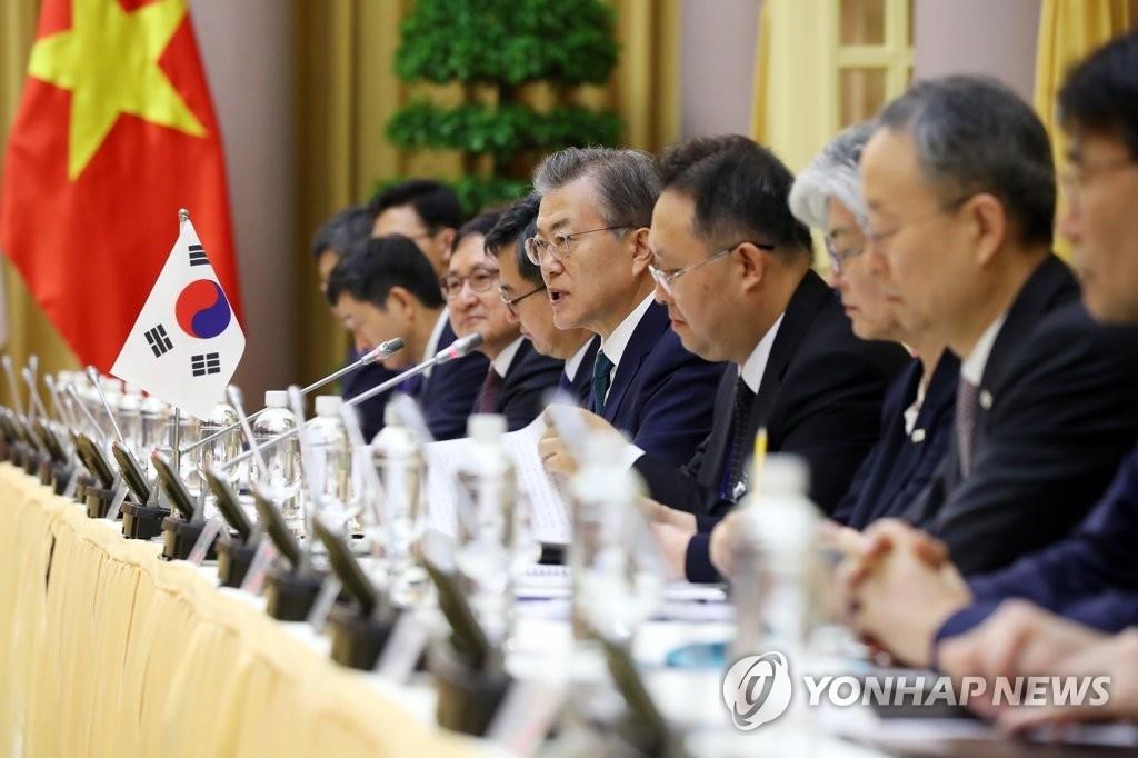当地时间3月23日上午,在位于河内的主席府,正在对越南进行国事访问的韩国总统文在寅(右五)在韩越首脑会谈上发言。(韩联社)