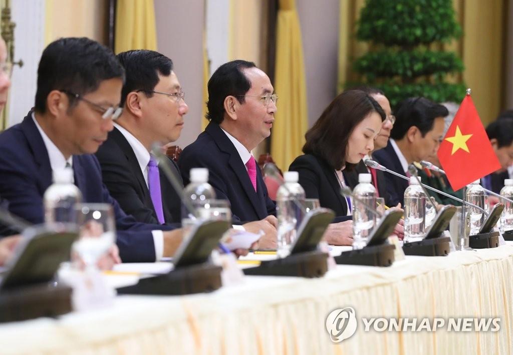 当地时间3月23日上午,在位于河内的主席府,越南国家主席陈大光(左三)在韩越首脑会谈上发言。(韩联社)