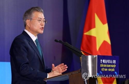 3月23日,在河内万豪酒店,文在寅在韩越南商务论坛上演讲。(韩联社)