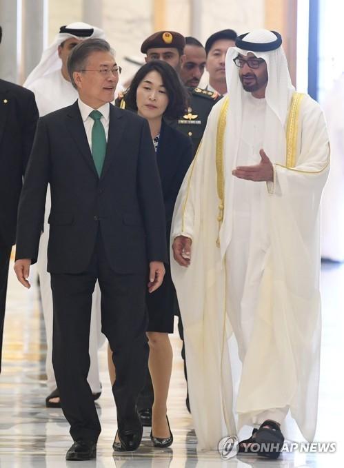 3月25日下午,在阿布扎比总统府,韩国总统文在寅与阿布扎比王储穆罕默德·本·扎耶德·阿勒纳哈扬(右)准备进入会谈场所。(韩联社)
