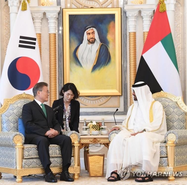 3月25日下午,在阿布扎比总统府,韩国总统文在寅(左)和阿布达比王储穆罕默德举行韩国阿联酋首脑会谈。(韩联社)