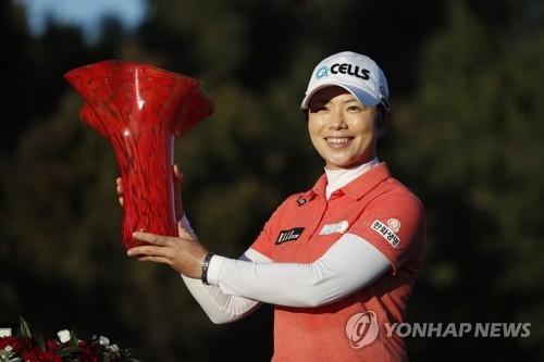 首尔时间3月26日,在美国加利福尼亚州卡尔斯巴德的艾维艾拉高尔夫俱乐部,韩国高球选手池恩熹手捧LPGA起亚精英赛冠军奖杯留影。(韩联社/美联社)