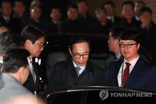 资料图片:3月23日,在首尔市论岘洞,检方从家中逮捕李明博,押往看守所。(韩联社)