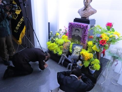 3月26日,在旅顺日俄监狱旧址博物馆,韩国演唱组合DUOAIM唱过祭歌后在安重根灵前行大礼。(韩联社)