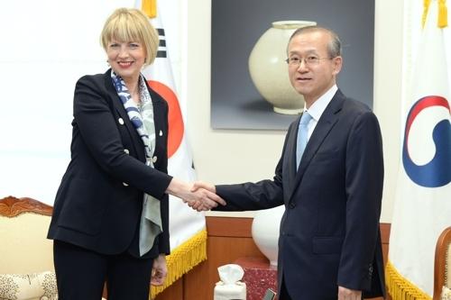 3月26日下午,韩国外交部,林圣男(右)与施密特握手。(韩联社)