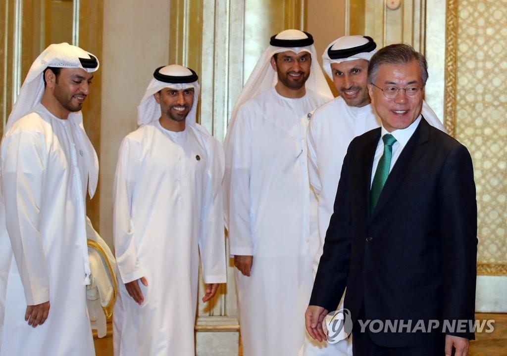 当地时间3月25日,在阿布扎比,韩国总统文在寅(右一)会见阿布扎比行政事务管理局主席卡尔杜恩·阿尔·穆巴拉克、阿联酋国务部长兼阿布扎比国家石油公司首席执行官苏尔坦·贾比尔。(韩联社)