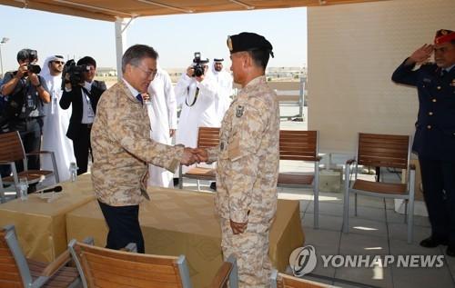 当地时间3月27日,在阿布扎比,韩国总统文在寅(左)看望韩军派驻阿联酋的阿克部队官兵。(韩联社)