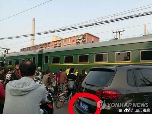 图为行驶在北京市区的朝鲜列车。(韩联社/微博截图)