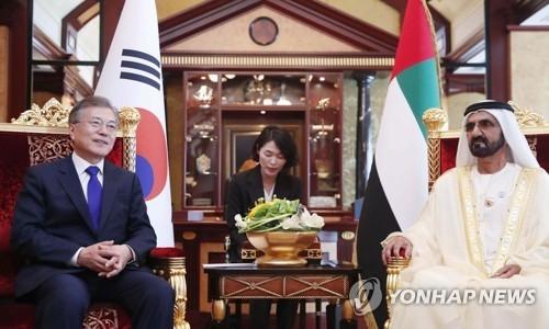 3月27日,在迪拜,文在寅(左)会见阿勒马克图姆。(韩联社)