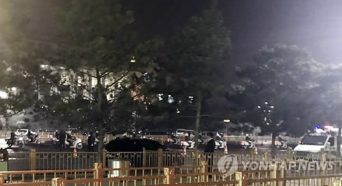 3月26日,在人民大会堂,朝鲜车队在中国警方护送下从北门驶离。(韩联社)