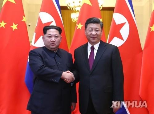 金正恩和习近平握手合影。(韩联社/新华社)