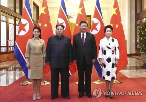 李雪主(左起)、金正恩、习近平、彭丽媛合影留念。(韩联社/新华社/美联社)