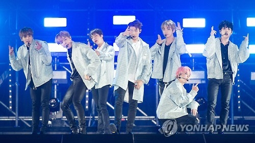 """资料图片:防弹少年团世界巡回演唱会""""2017 BTS LIVE TRILOGY EPISODE III THE WINGS TOUR""""首尔站的表演现场(韩联社)"""