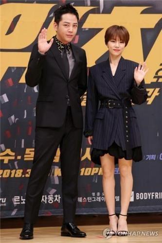 3月28日,张根硕(左)和韩艺璃出席SBS电视台新剧《Switch-改变世界》发布会。(韩联社)