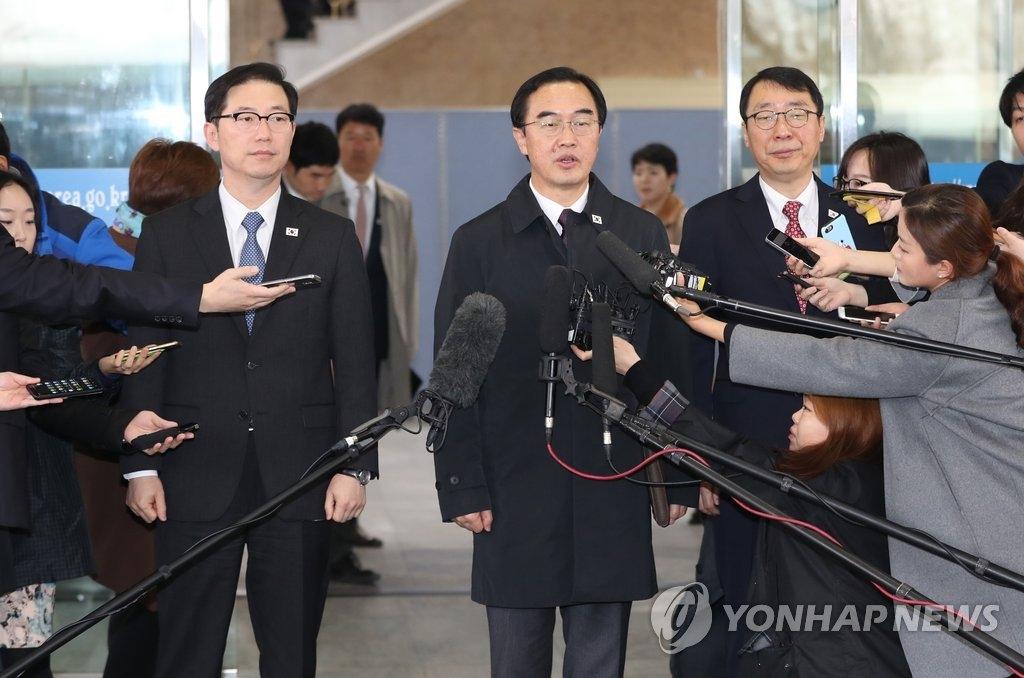 3月29日,在首尔南北会谈本部,韩国统一部长官赵明均(中)答记者问。(韩联社)