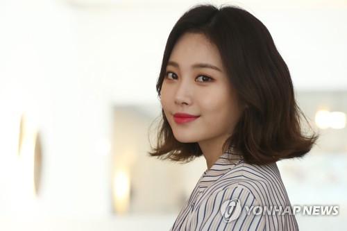 3月28日,在首尔城东区圣水洞的一家咖啡馆,演员兼歌手Yura接受韩联社专访并摆姿势供记者拍照。(韩联社)