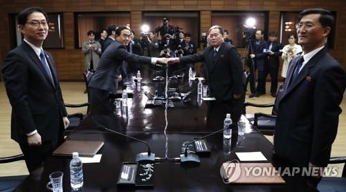 3月29日,在韩朝边境板门店朝方一侧的统一阁,韩国统一部长官赵明均(左二)与祖国和平统一委员会委员长李善权在韩朝高级别会谈上握手。(韩联社/联合采访团)