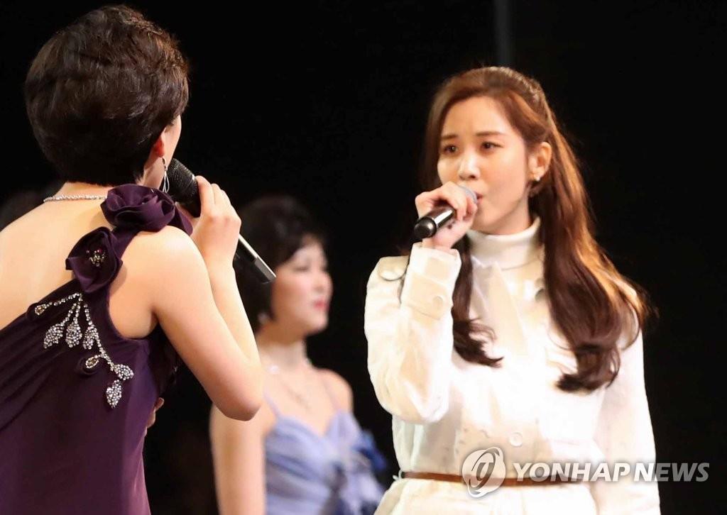 资料图片:徐玄(右)在朝鲜艺术团访韩表演时与朝鲜歌手同台歌唱。(韩联社)