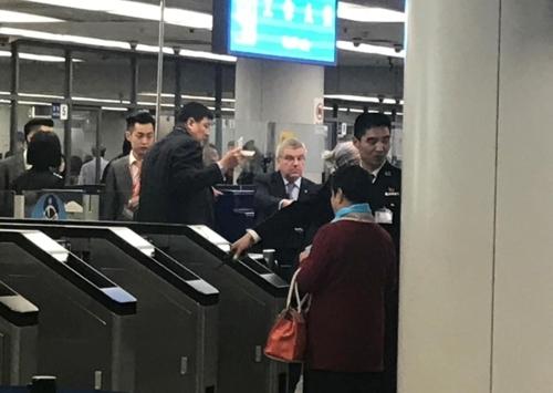 3月29日,国际奥委会主席托马斯·巴赫(右三)现身北京机场。(韩联社)