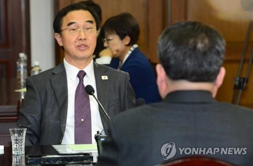 3月29日上午,在板门店,赵明均(左)与朝鲜祖国和平统一委员长李善权面对面商议文金会事宜。(完)